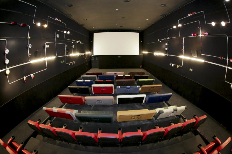 Sala Drive-in exibe clássicos do cinema com cardápio do Riviera Bar