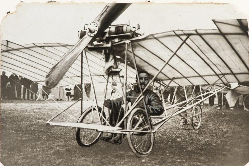 Exposição de Santos Dumont abriga réplica da aeronave Demoiselle no Itaú Cultural