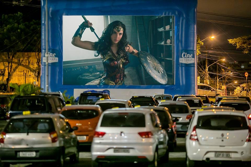 Shopping tem cinema ao ar livre para assistir os filmes dentro do carro