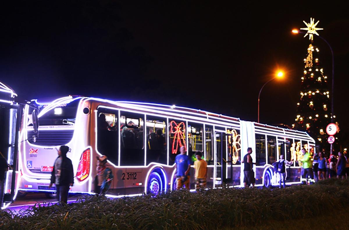 Ônibus iluminados levam clima natalino para as ruas de São Paulo