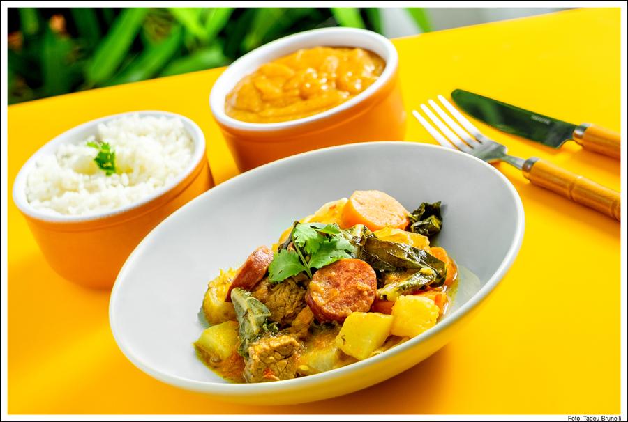 Cozido da Vó Nenzinha reúne carnes bovina e suína com legumes, pirão e arroz: receita de família no Mandioca. Crédito da foto: Tadeu Bruneli.