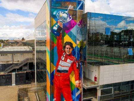 Eduardo Kobra faz homenagem a Senna  com mural em Interlagos